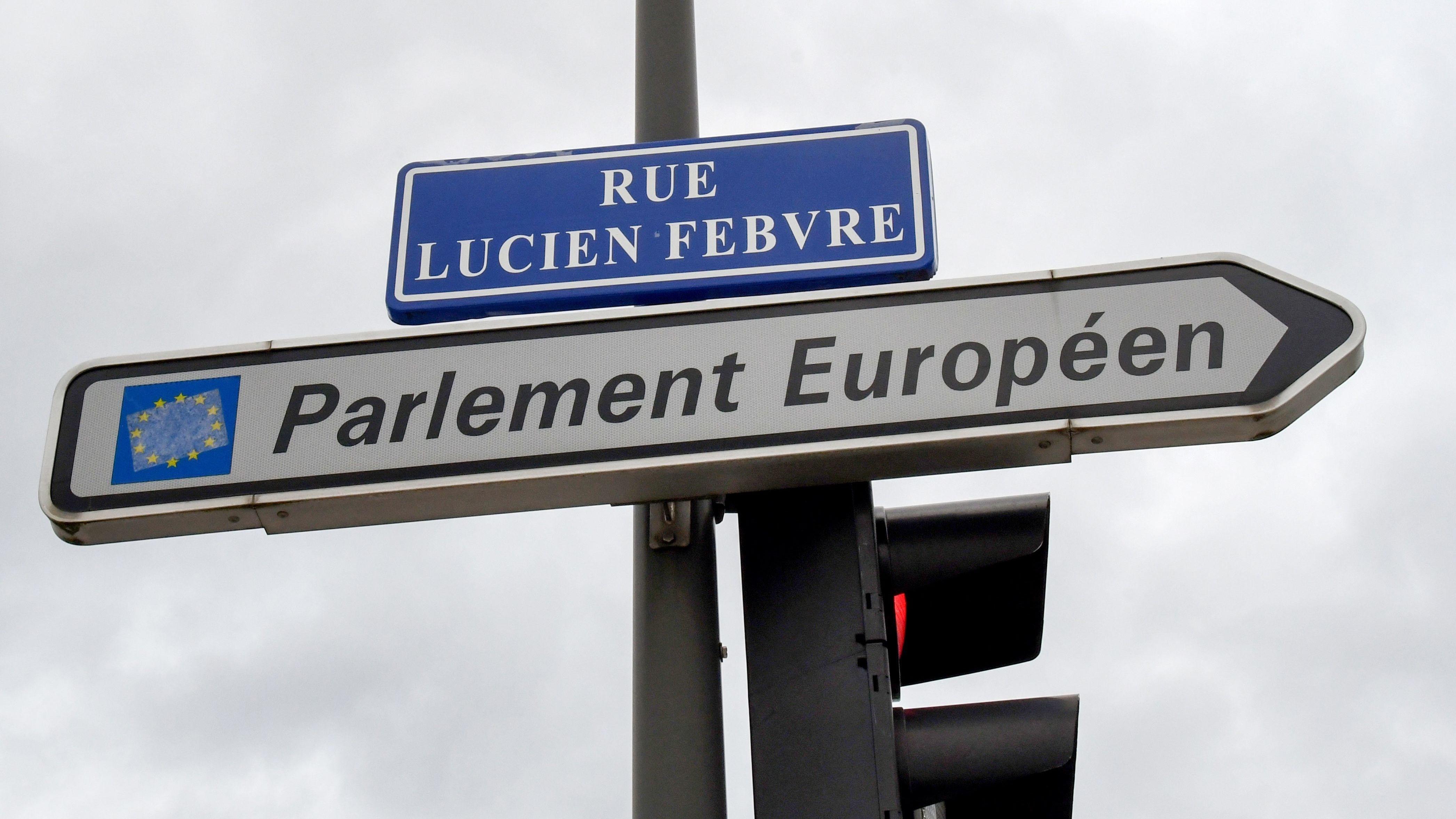 Ein Wegweiser zum Europaparlament in Straßburg.