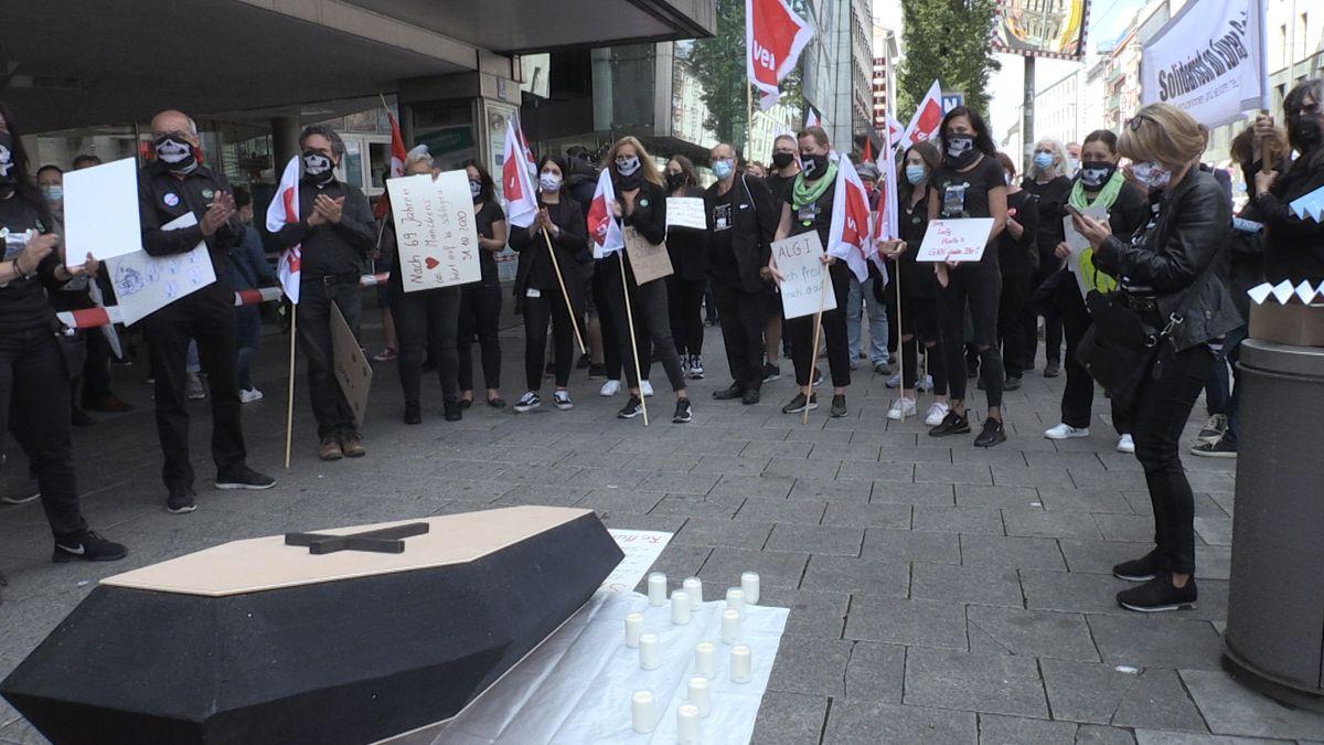 Mitarbeiterinnen und Mitarbeiter von Galeria-Karstadt-Kaufhof demonstrieren vor der Filiale am Stachus in München.