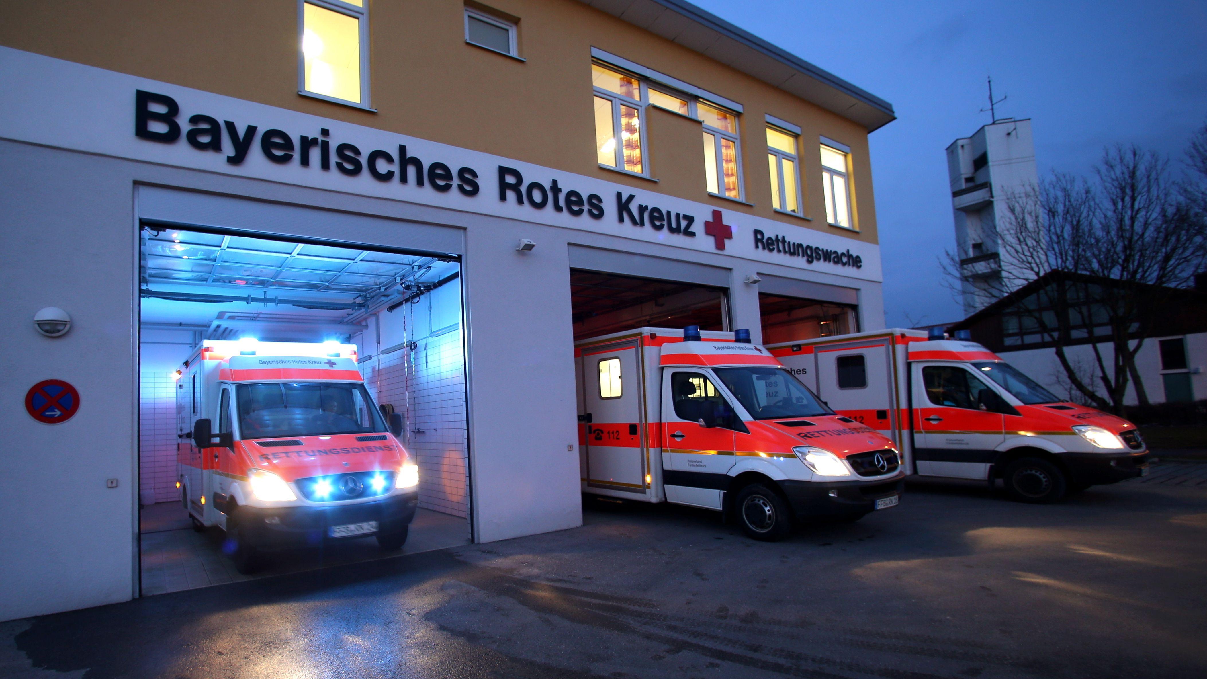 Ein Rettungswagen vom Bayerischen Rotes Kreuz (BRK) rückt von der Rettungswache in Gemering (Obb.) zu einem Einsatz aus.