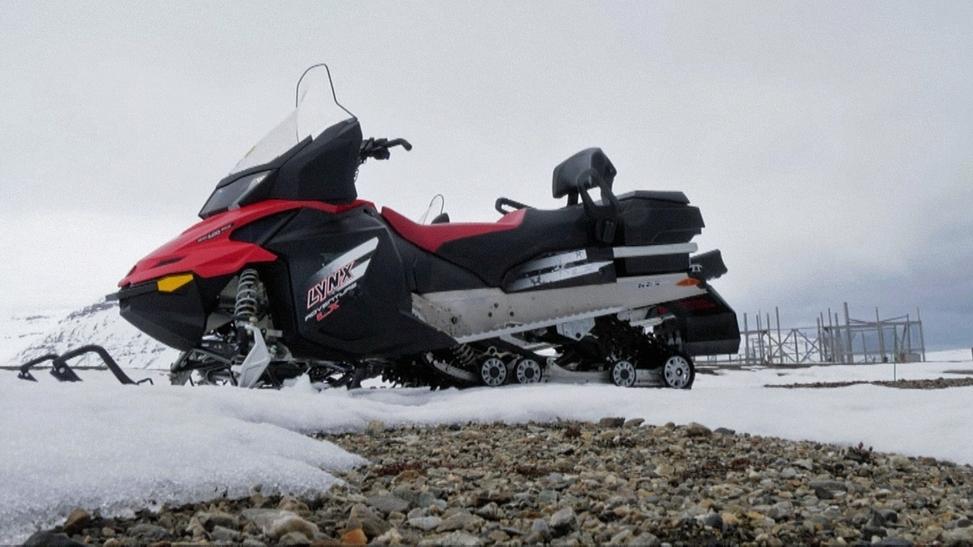 Gestrandetes Schneemobil auf Spitzbergen