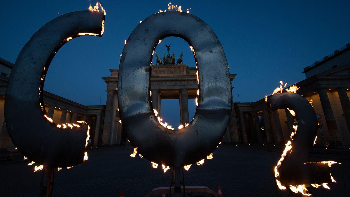 CO-2 Schriftzug vor dem Brandenburger Tor