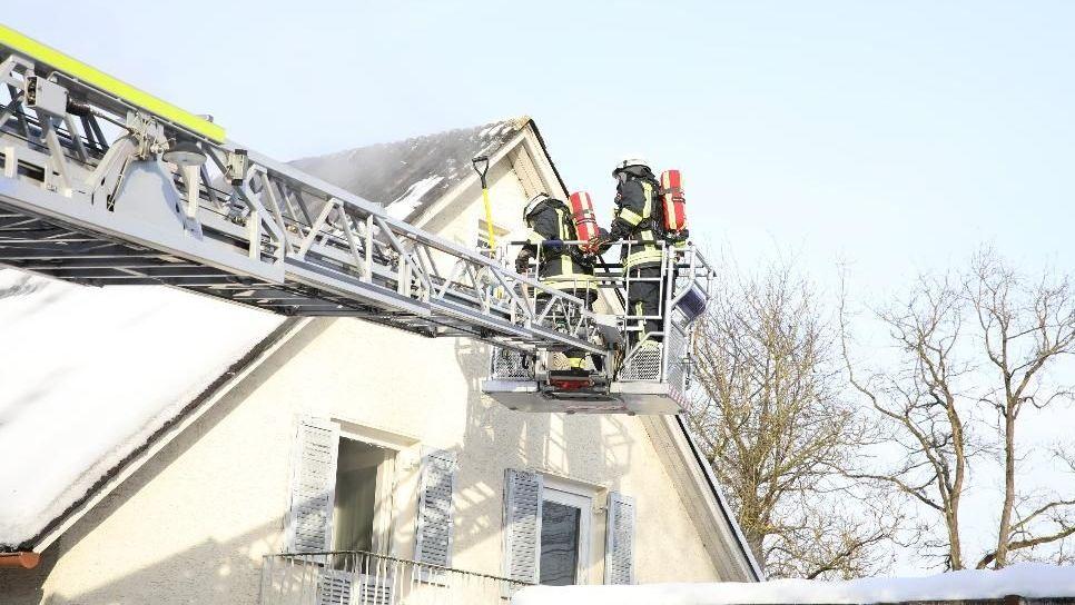 Einsatzkräfte bergen eine tote Person nach einem Brand in einem Wohnhaus