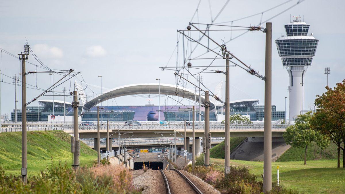 27.09.2019, Bayern, Freising: Gleise zum Flughafen München mit dem Tower im Hintergrund
