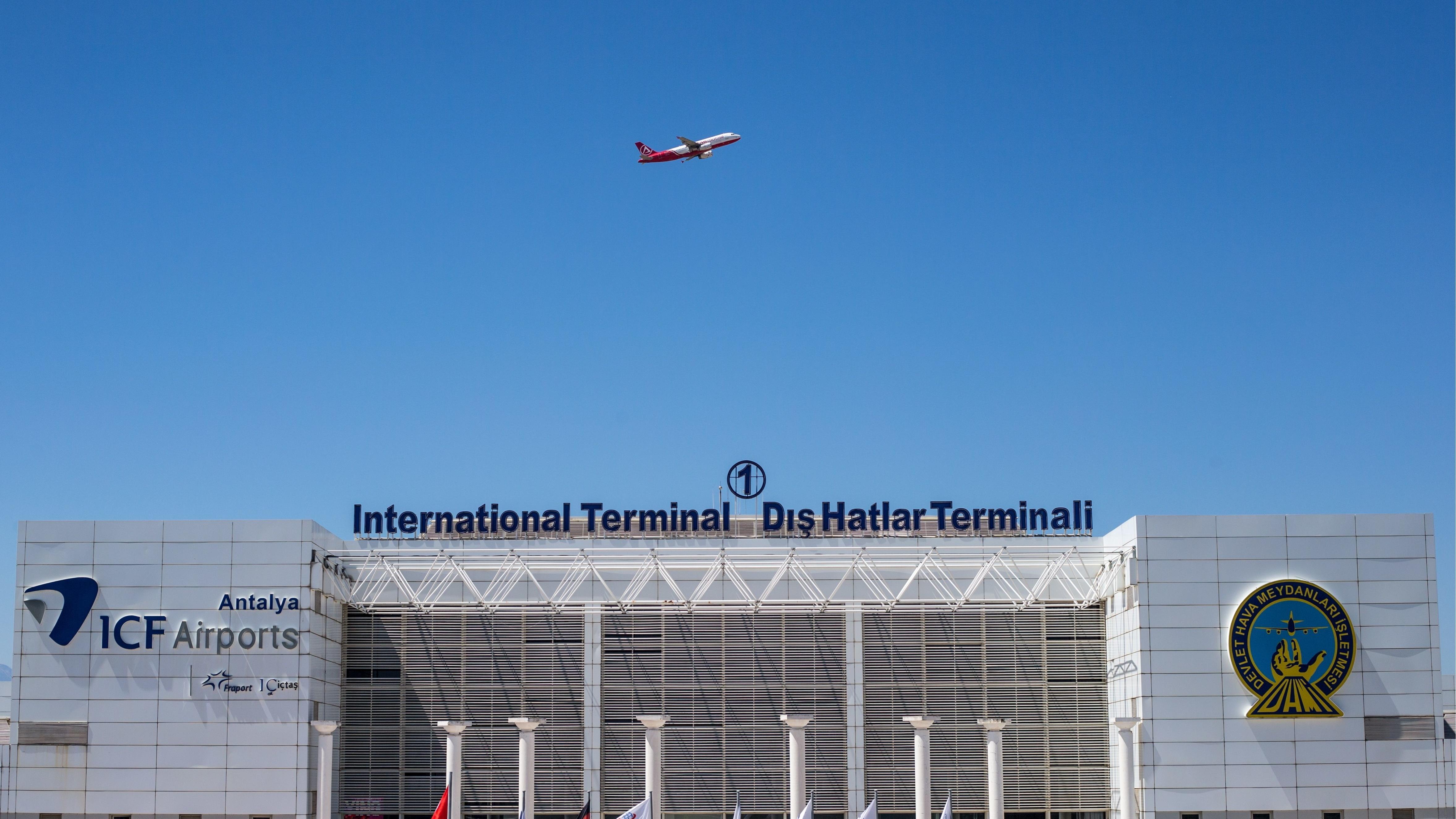 Flugzeug über dem Flughafen von Antalya