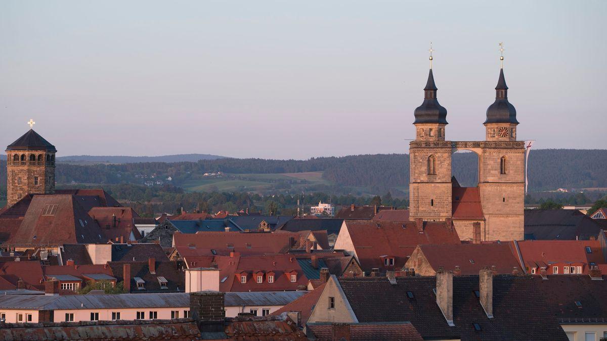 Blick über die Dächer von Bayreuth mit Schlossturm und Doppelturm der Stadtkirche