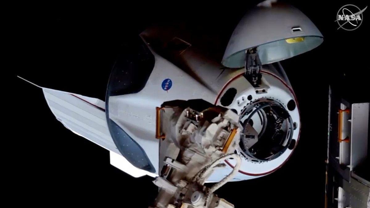 Die Raumkapsel Crew Dragon der Firma SpaceX dockte mit zwei Astronauten an Bord an der ISS an