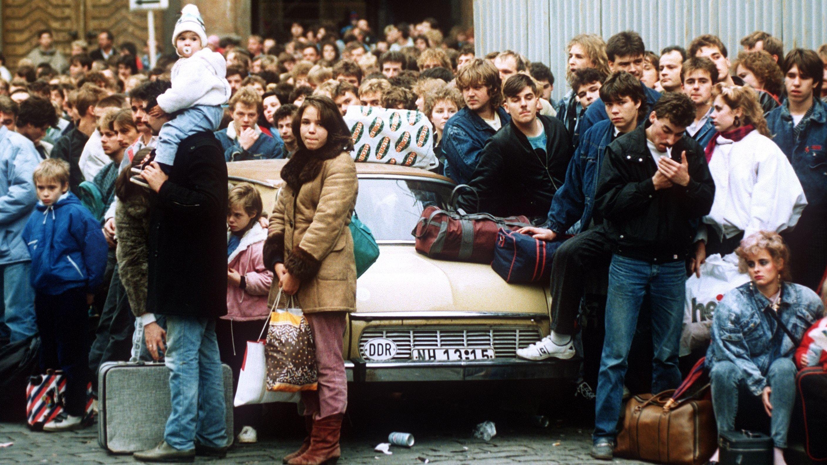 DDR-Bürger vor der westdeutschen Botschaft in Prag
