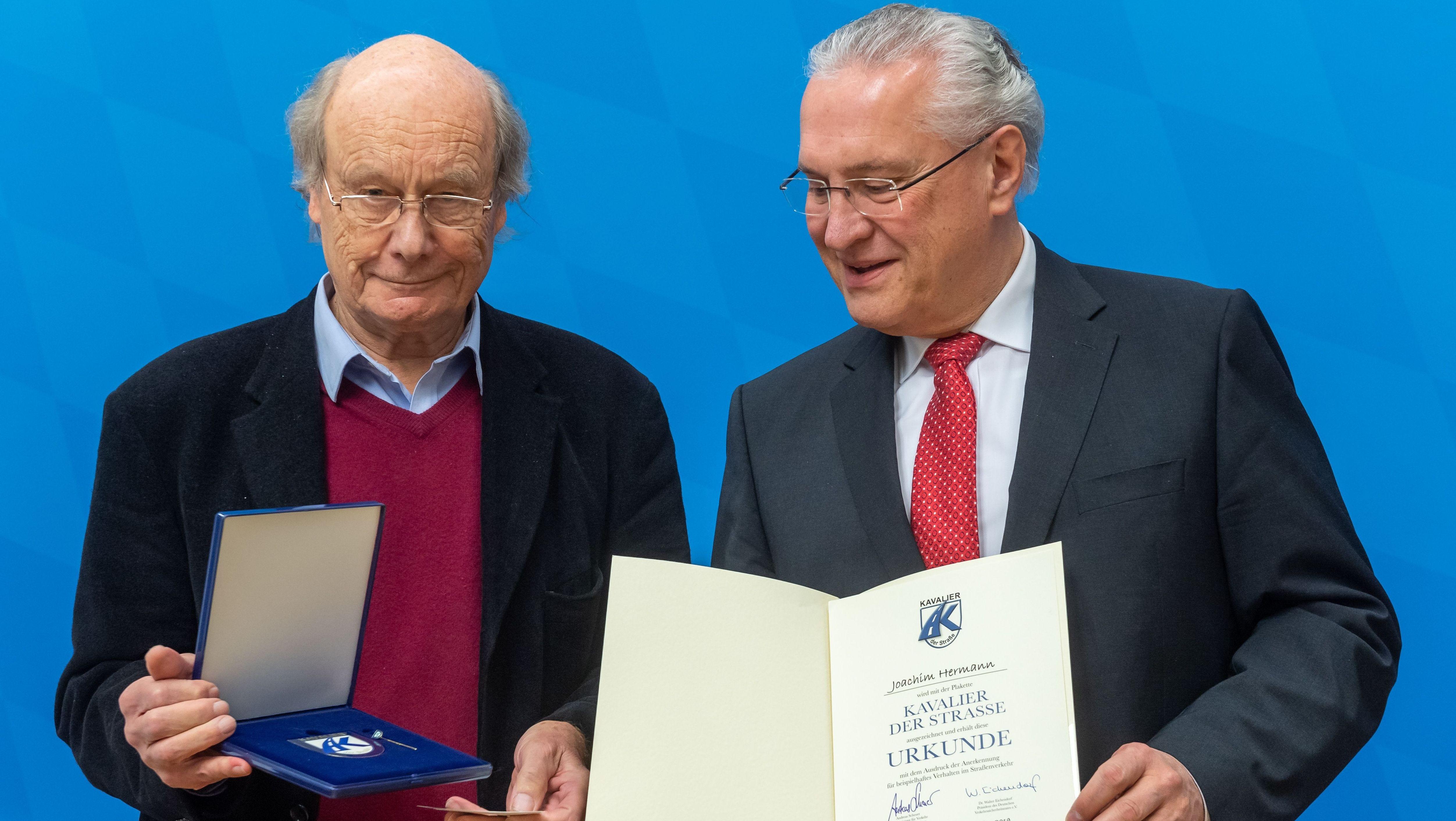 """Joachim Herrmann (CSU), rechts, wird als """"Kavalier der Straße"""" geehrt. Gernot Sittner, ex-Chefredakteur der SZ, nahm die Auszeichnung vor"""