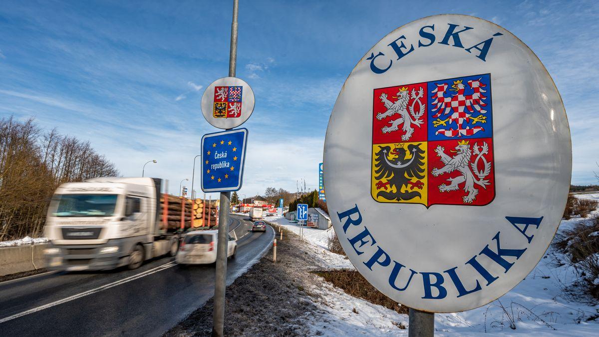 Autos fahren an der deutsch-tschechischen Grenze.