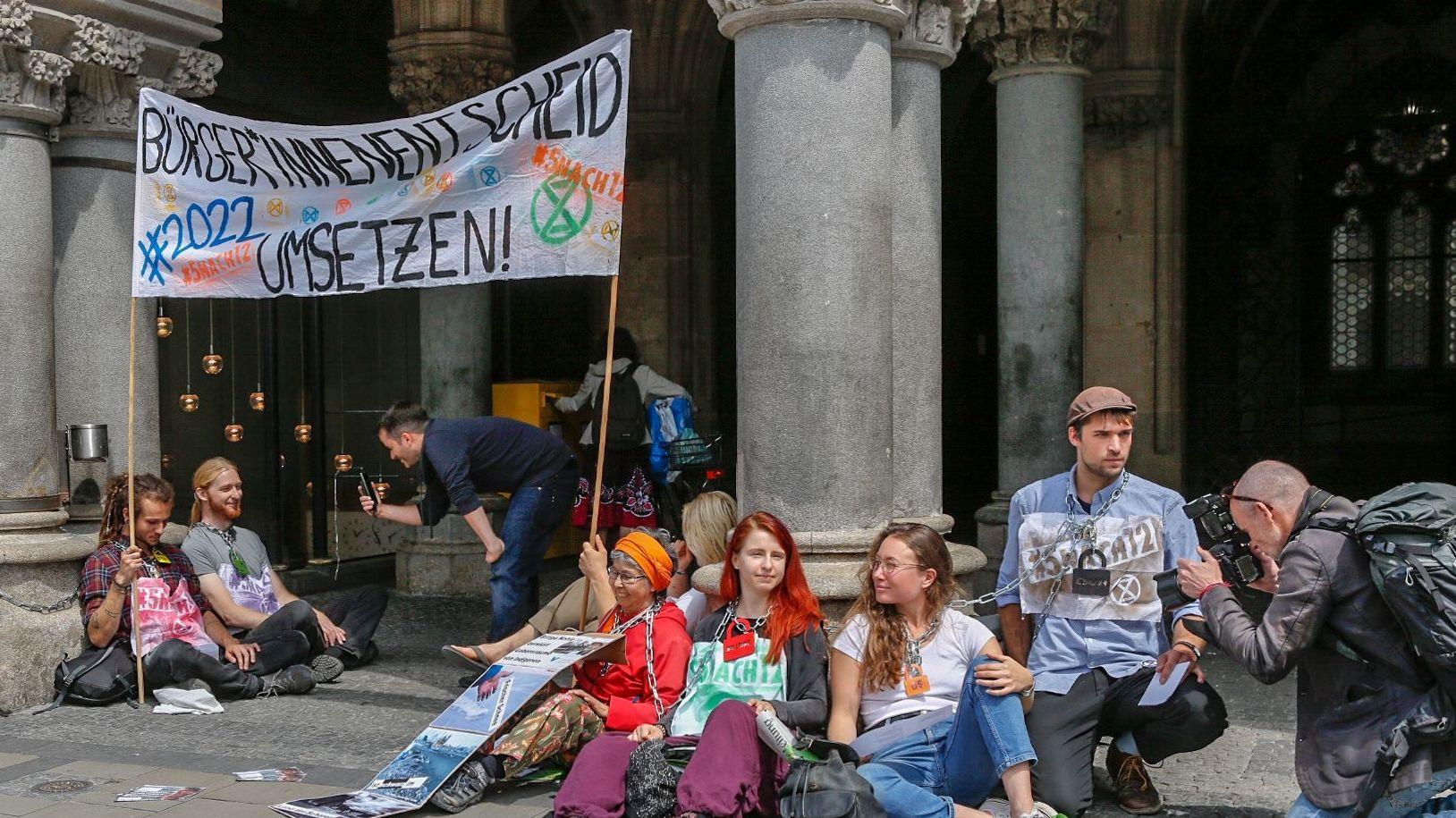 Aktivisten haben sich an das Münchner Rathaus gekettet.
