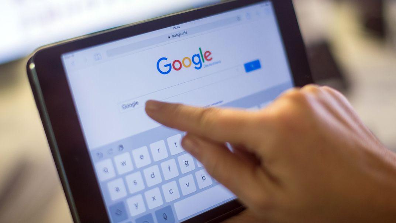 Der Google-Schriftzug und die Google-Suche auf einem Tablet.