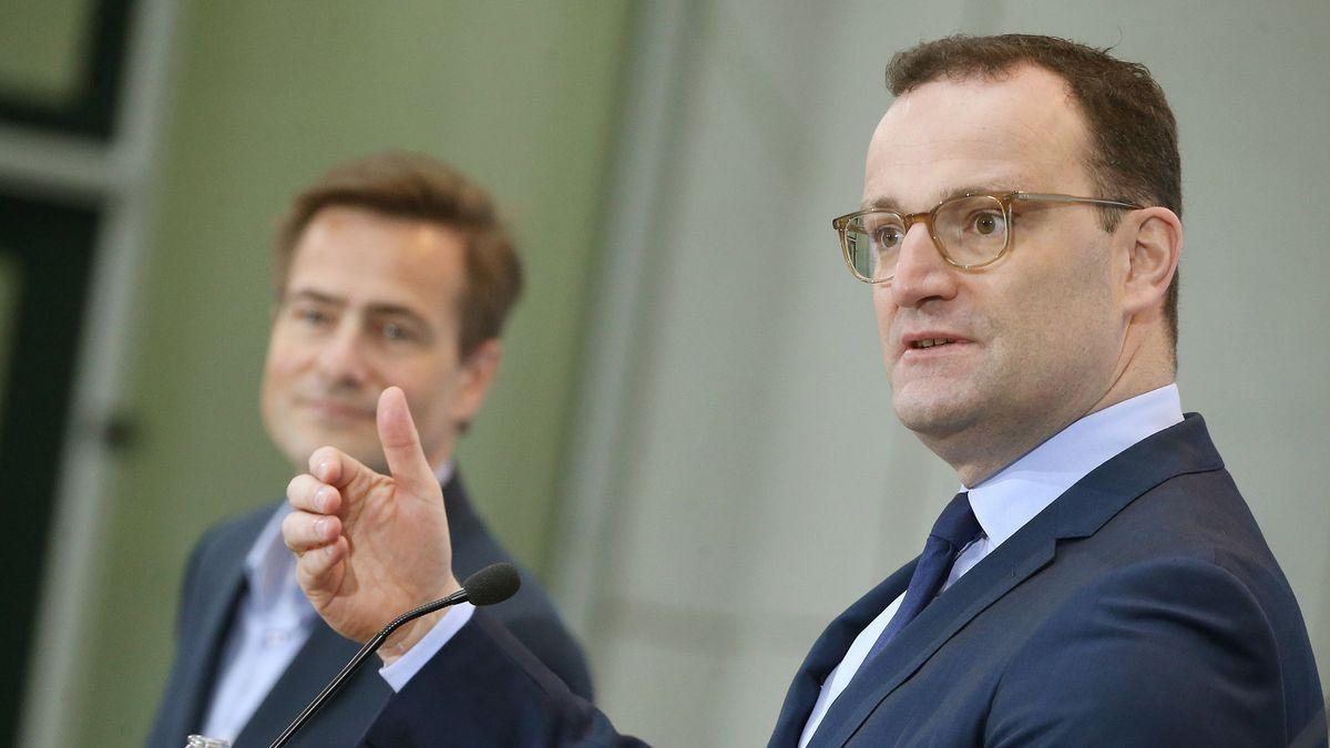 Gesundheitsminister Jens Spahn kürzlich bei einer Pressekonferenz mit Philipp Justus, Vice President Google Central-Europe.