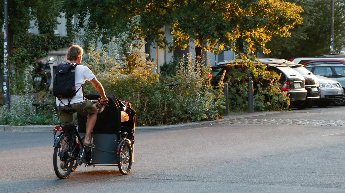 Ein Mann nutzt ein Lastenrad.