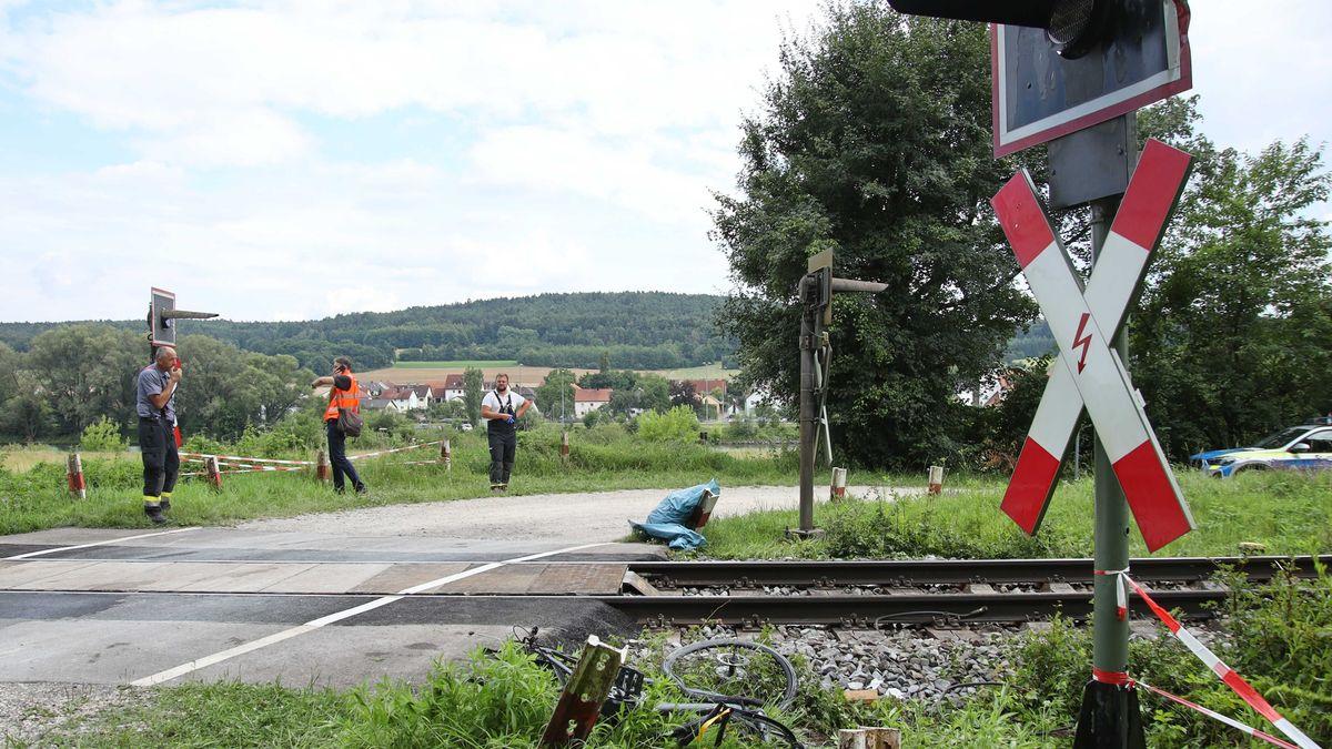 Der unbeschrankte Bahnübergang bei Matting nach dem tödlichen Unfall.