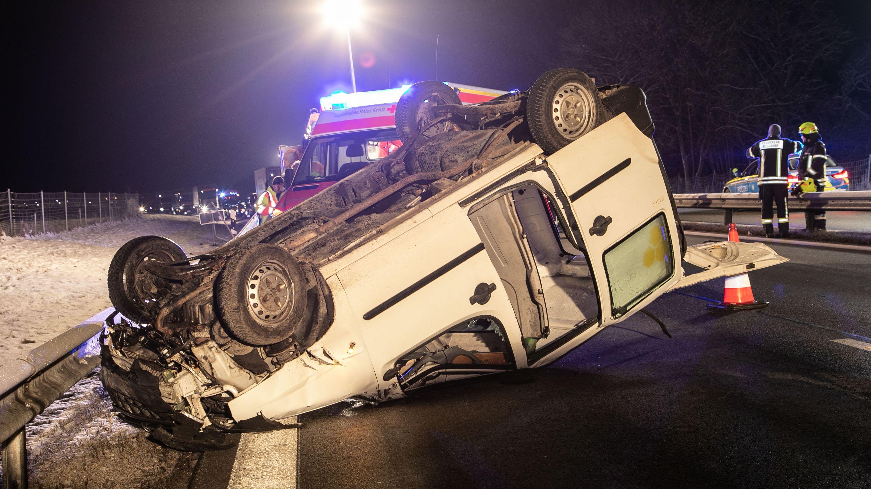 Unfallfahrzeug liegt auf dem Dach auf der Autobahn