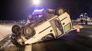 Unfallfahrzeug liegt auf dem Dach auf der Autobahn   Bild:Hans Lamminger