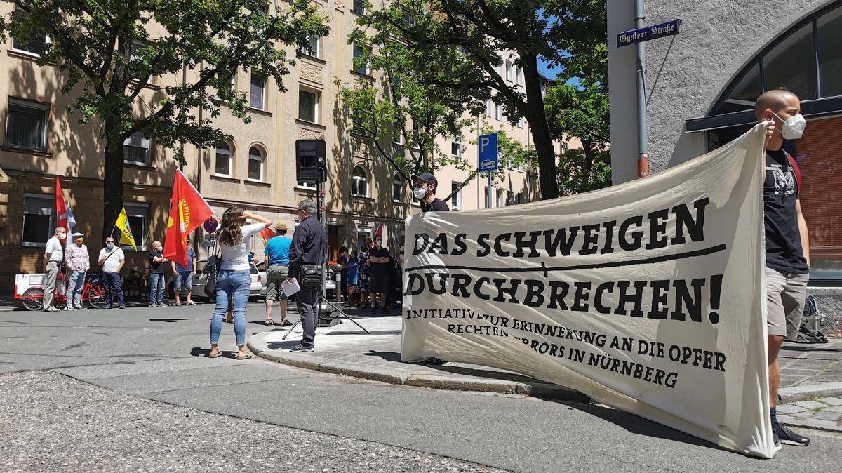 """Ein Banner auf dem steht """"Das Schweigen durchbrechen"""""""
