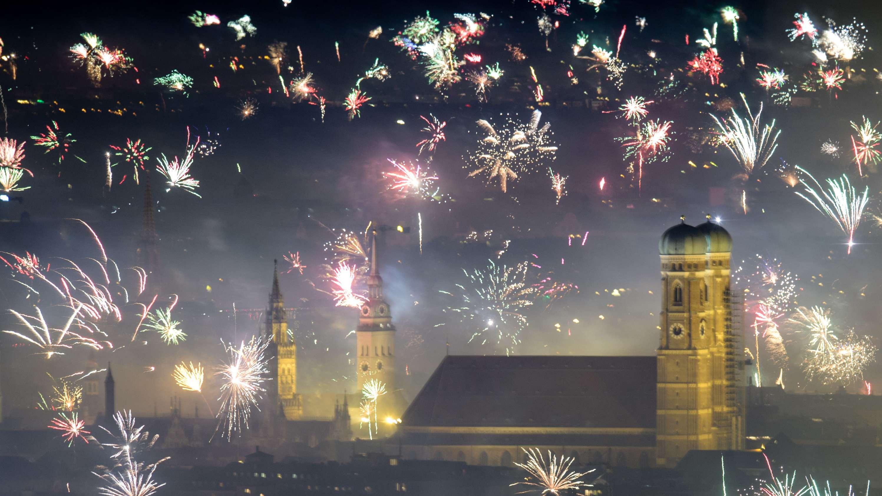 Feuerwerksraketen explodieren in der Silvesternacht 18/19 über München.