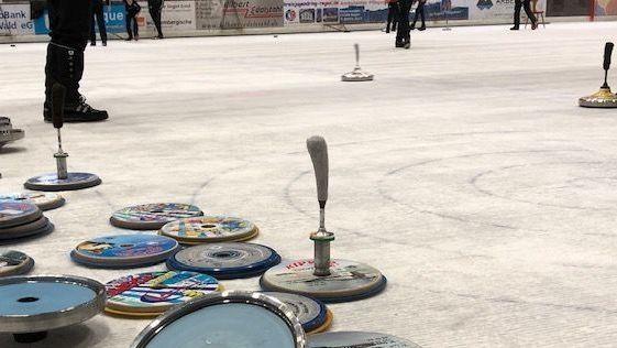 Eisstöcke auf der Eisfläche in der Eishalle in Regen