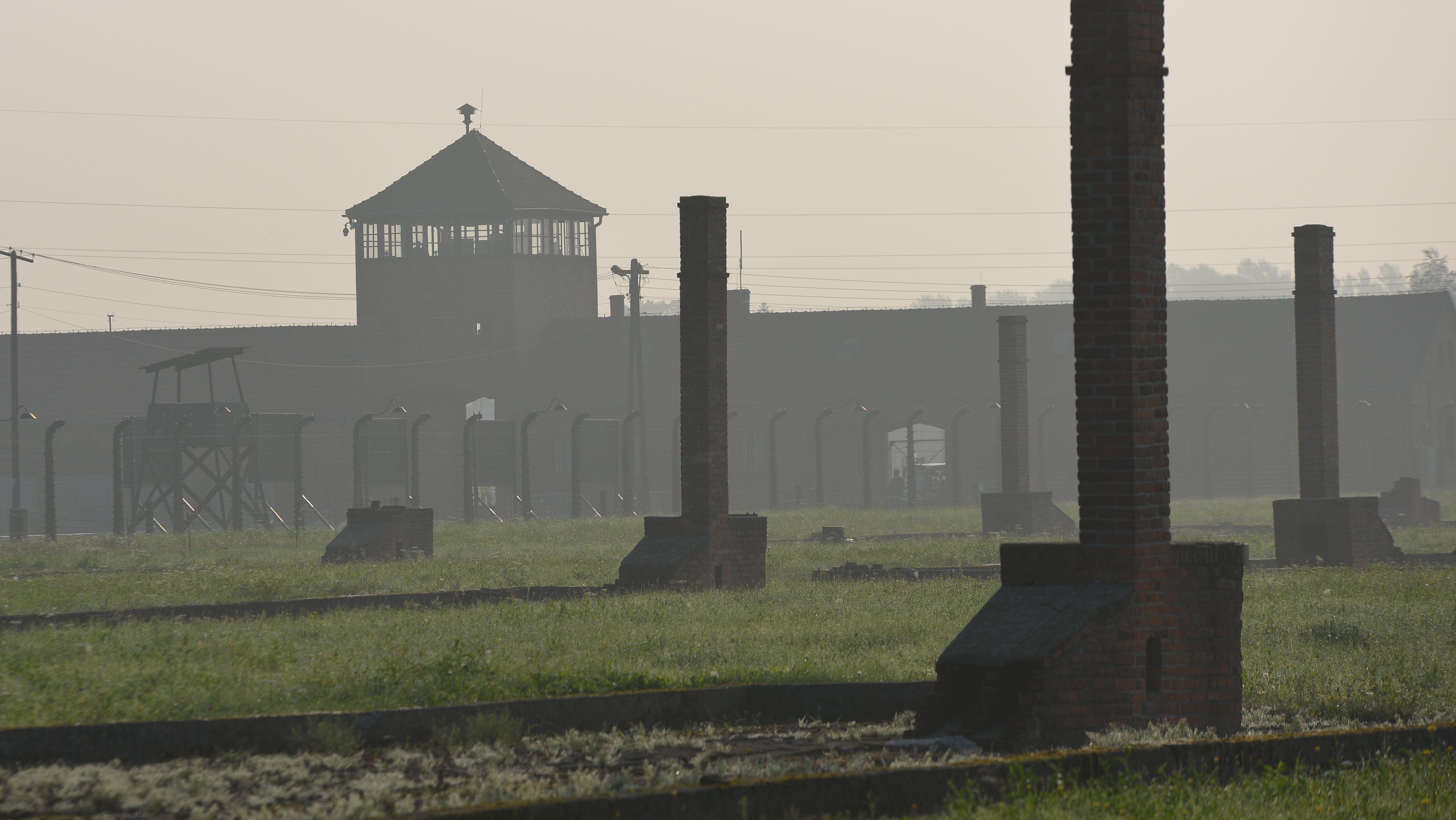 Mauern, Zäune und ein Wachturm im ehemaligen Vernichtungslager Auschwitz-Birkenau