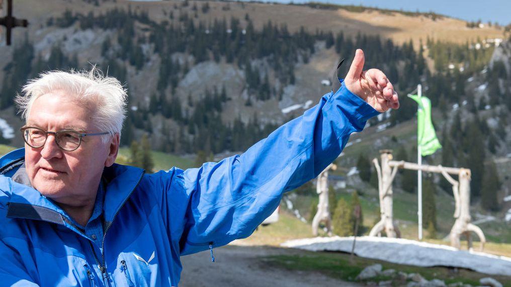 Bayern, Spitzingsee: Bundespräsident Frank-Walter Steinmeier wanderte mit Vertretern des Deutschen Alpenvereins (DAV) im oberbayerischen Spitzingseegebiet zur Schönfeldhütte, die auf 1410 Meter liegt. Steinmeier will sich vor Ort mit Ehrenamtlichen unterhalten