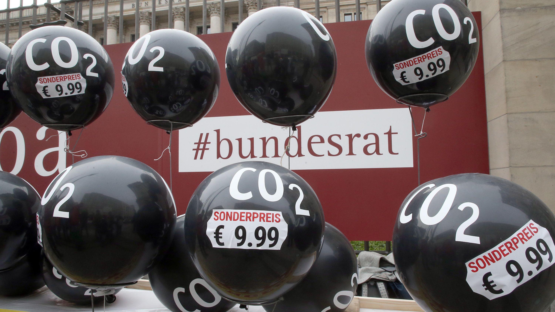 Schwarze Luftballons - Kritik an Klimapolitik der Bundesregierung (Archivbild)