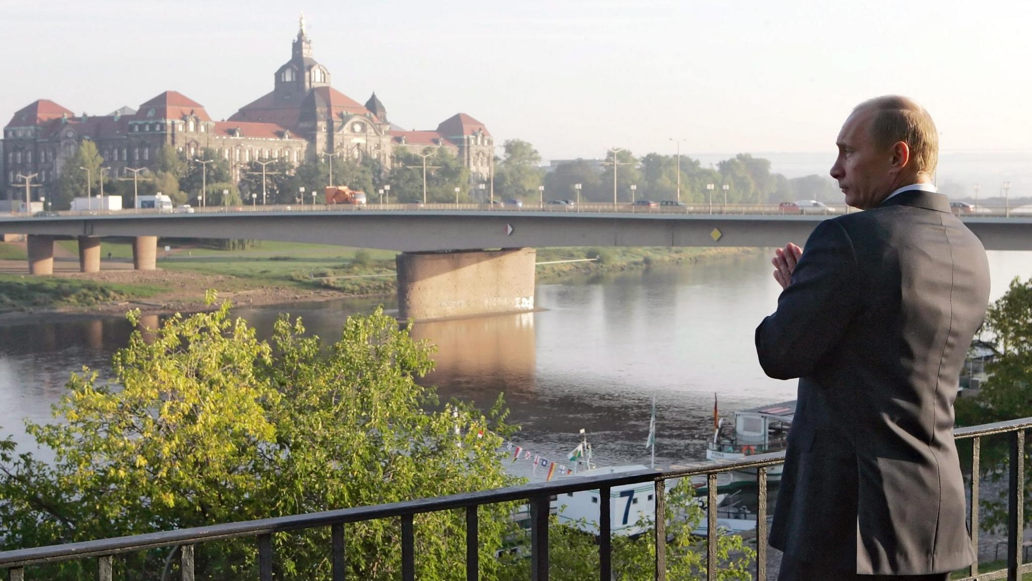 11.10.2006, Dresden: Russlands Präsident Wladimir Putin steht am Dresdner Terrassenufer.