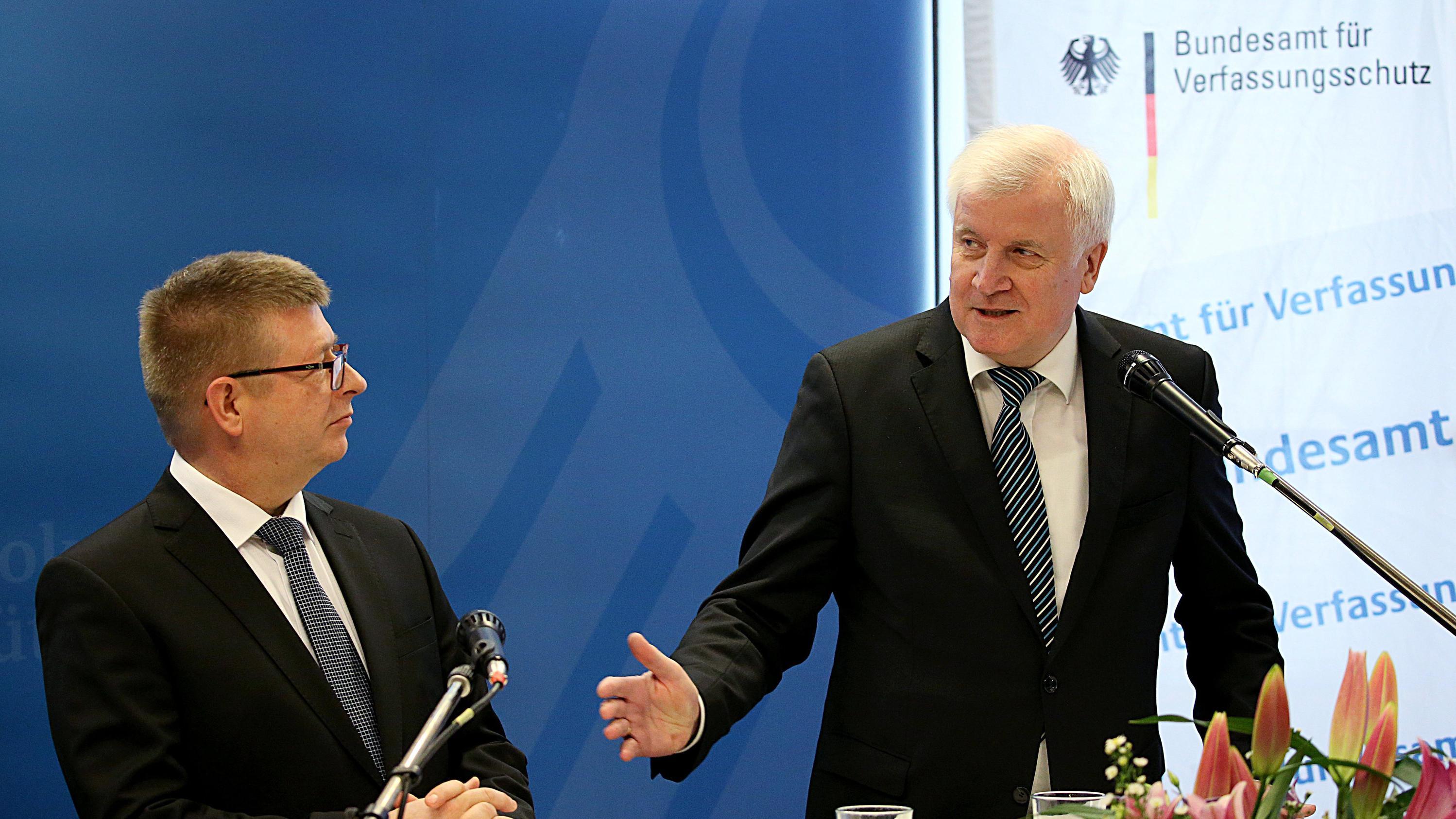 Bundesinnenminister Horst Seehofer steht neben Verfassungsschutzpräsident Thomas Haldenwang