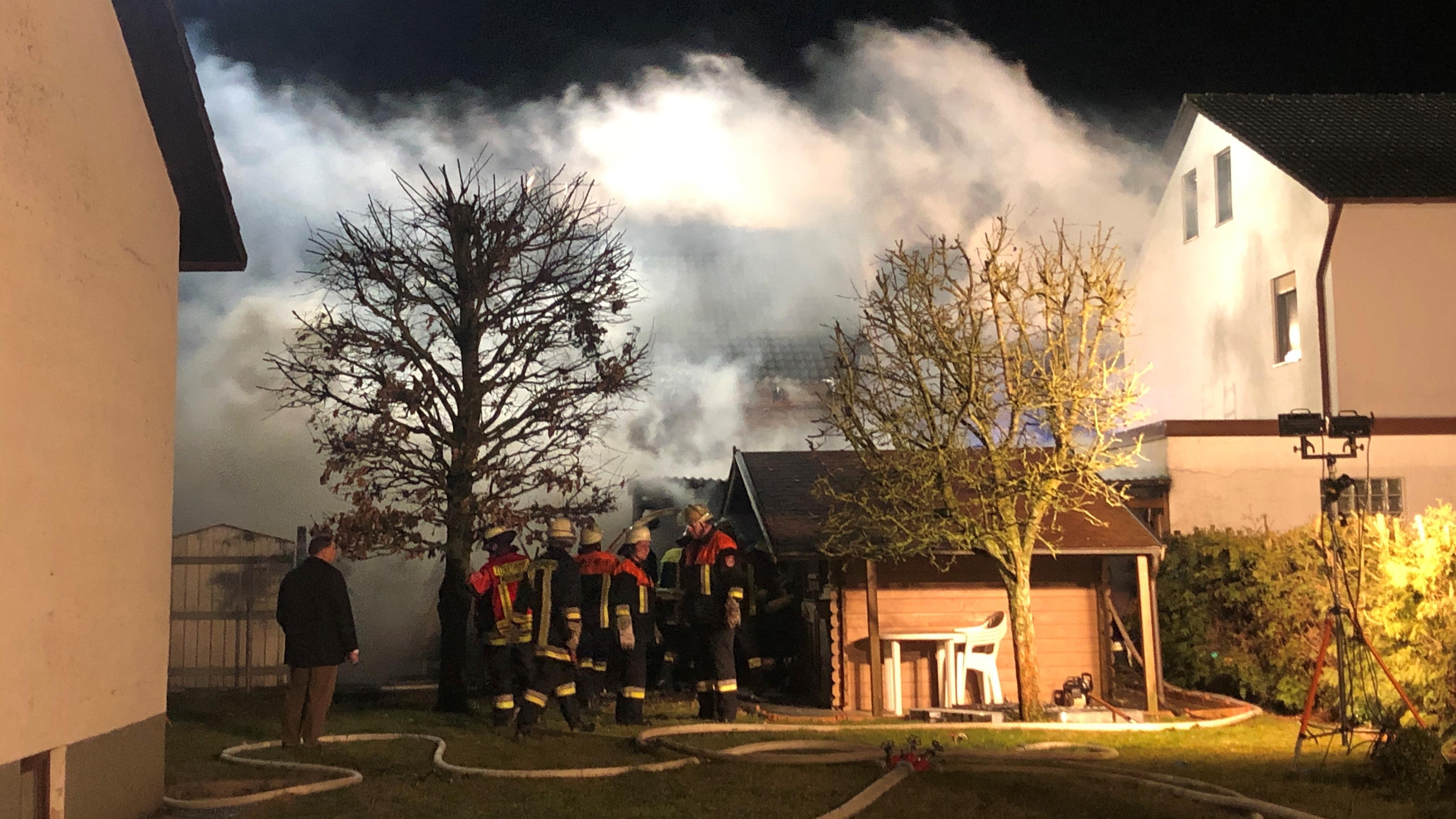 Bei einem Holzschuppenbrand griff das Feuer auch auf das Wohn- und ein Nachbarhaus über. Ein Mann wurde dabei verletzt.
