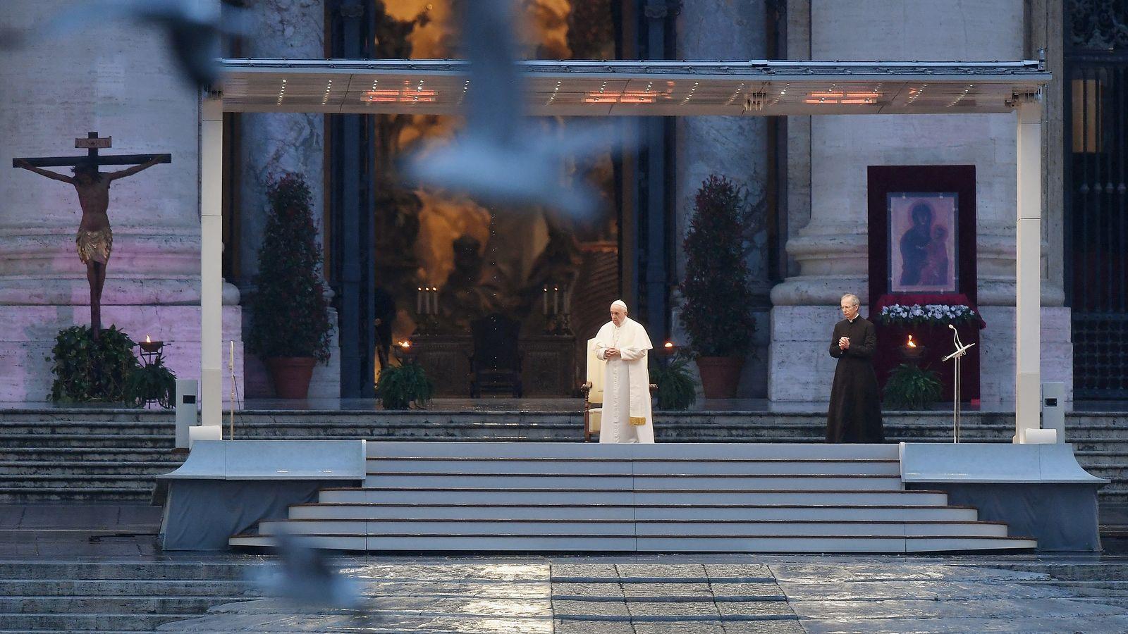 Papst Franziskus I. spendet auf einem menschenleeren Petersplatz den traditionellen Ostersegen