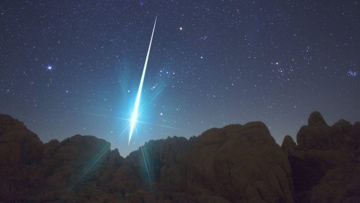Riesiger Geminiden-Bolide. Meteoriten sind noch weitaus größer als gewöhnliche Sternschnuppen, zerbersten jedoch oft beim Eintritt in die Erdatmosphäre.