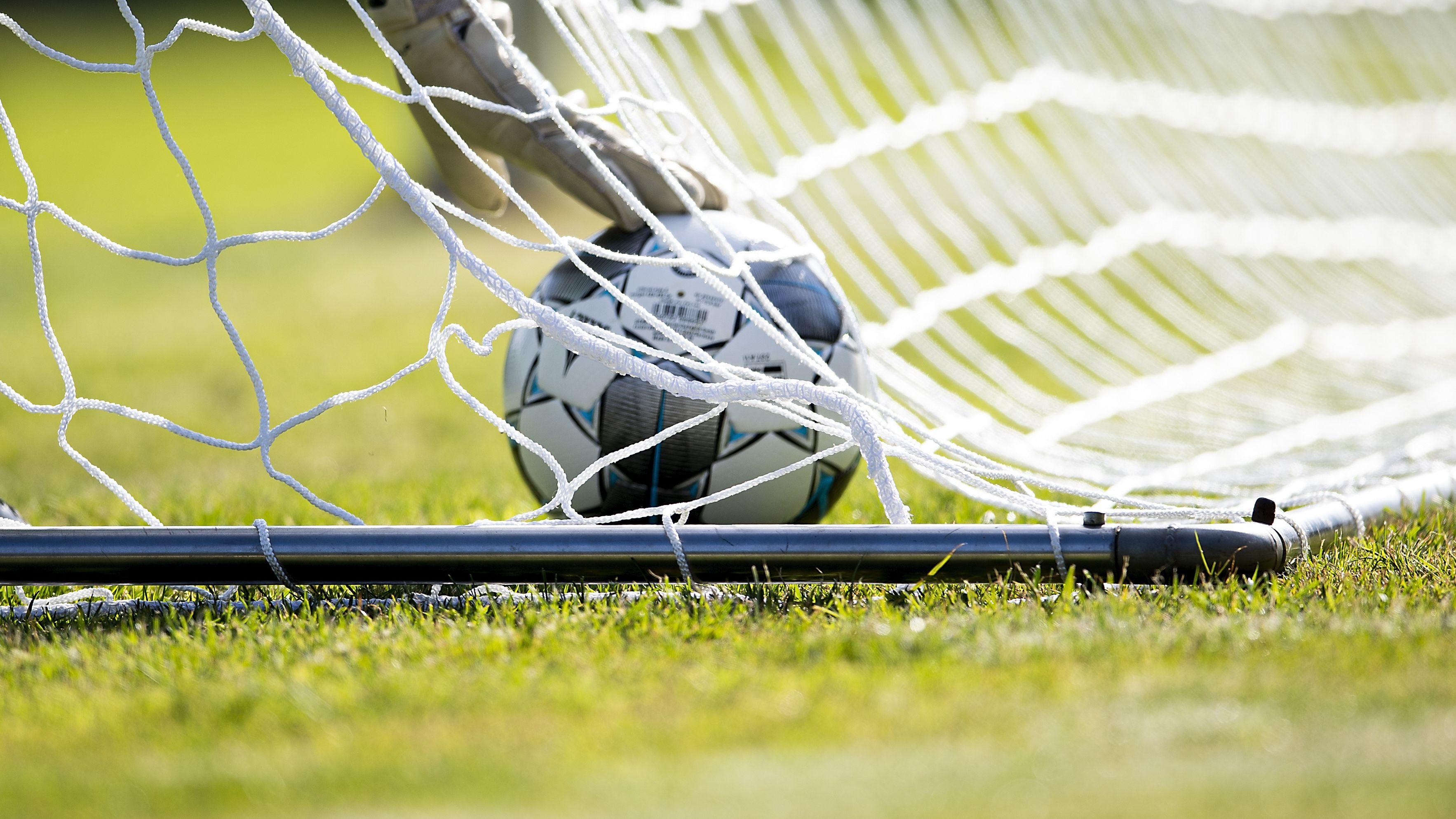 Ein Fußball in einem Fußballtor