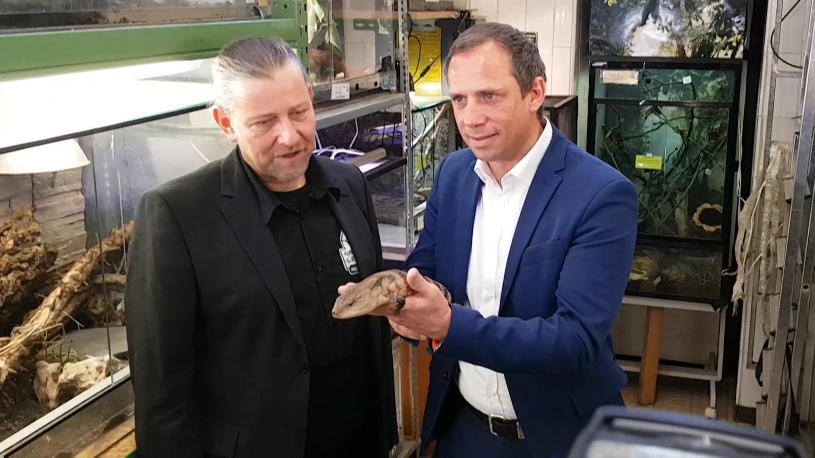 Umweltminister Thorsten Glauber (FW) in der Münchner Reptilienauffangstation