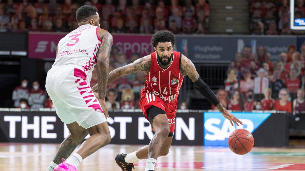 Spielszene FC Bayern Basketball - Telekom Baskets Bonn mit DJ Seeley