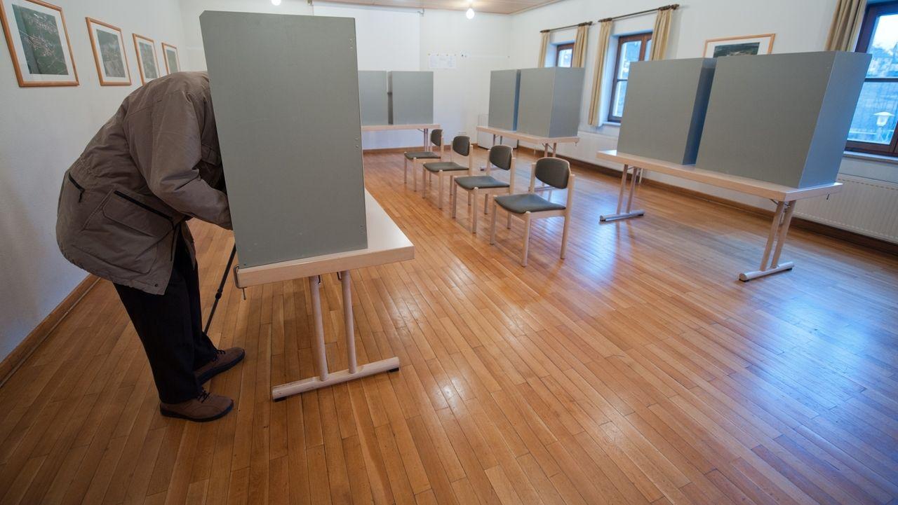 Archivbild: ein Wahllokal, ein Mann in einer Wahlkabine