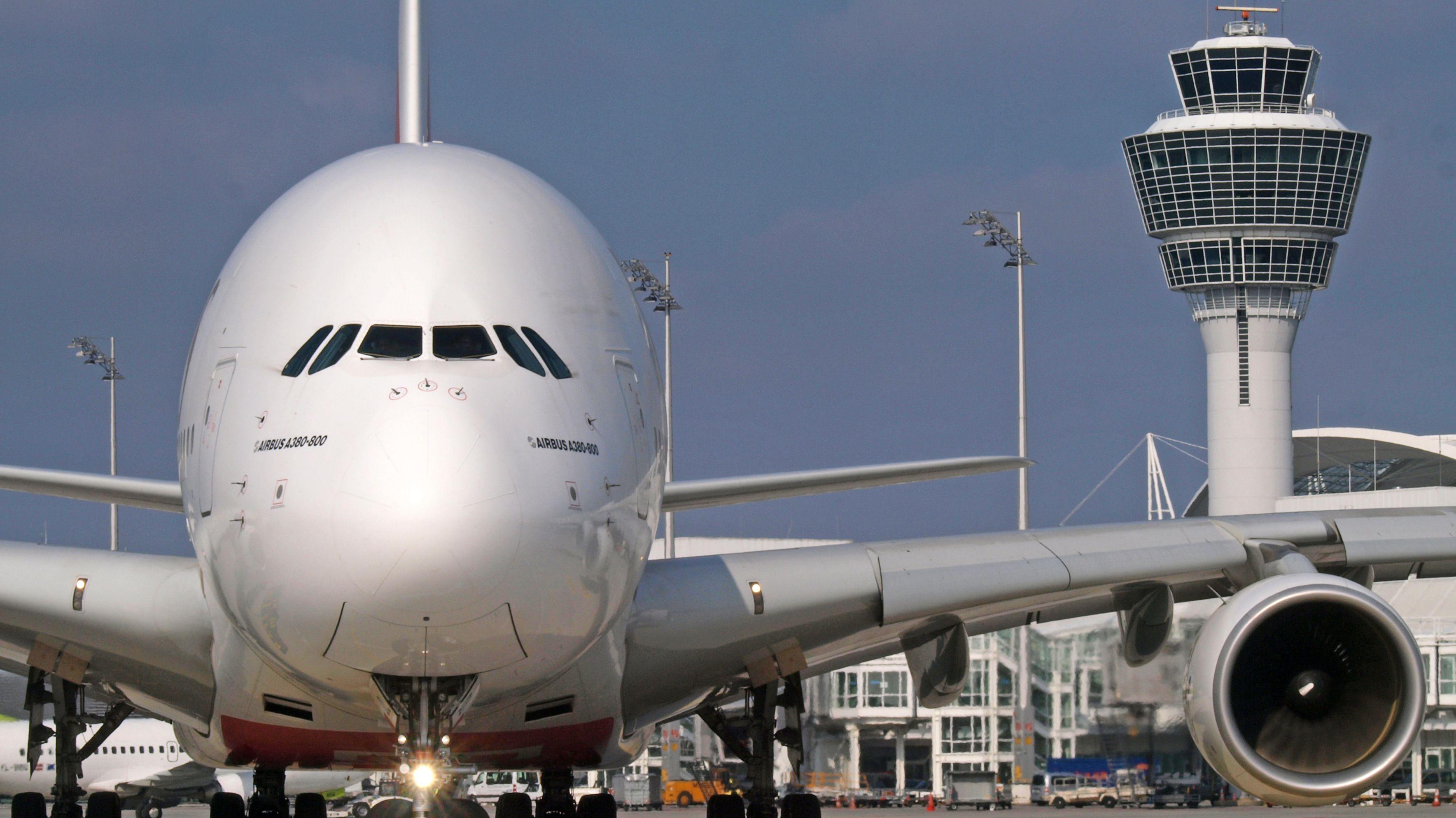 Archivbild:  A380 vor dem Tower des Münchner Flughafens