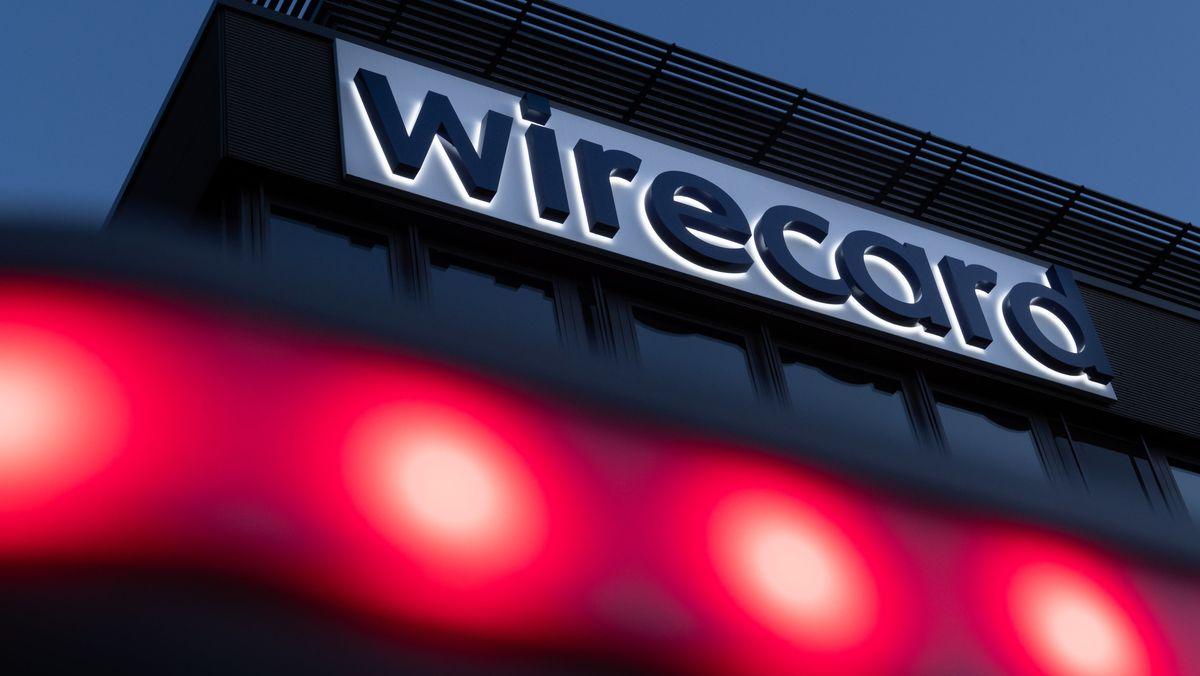 Rote Lichter leuchten vor dem Schriftzug von Wirecard an der Firmenzentrale des Zahlungsdienstleisters.