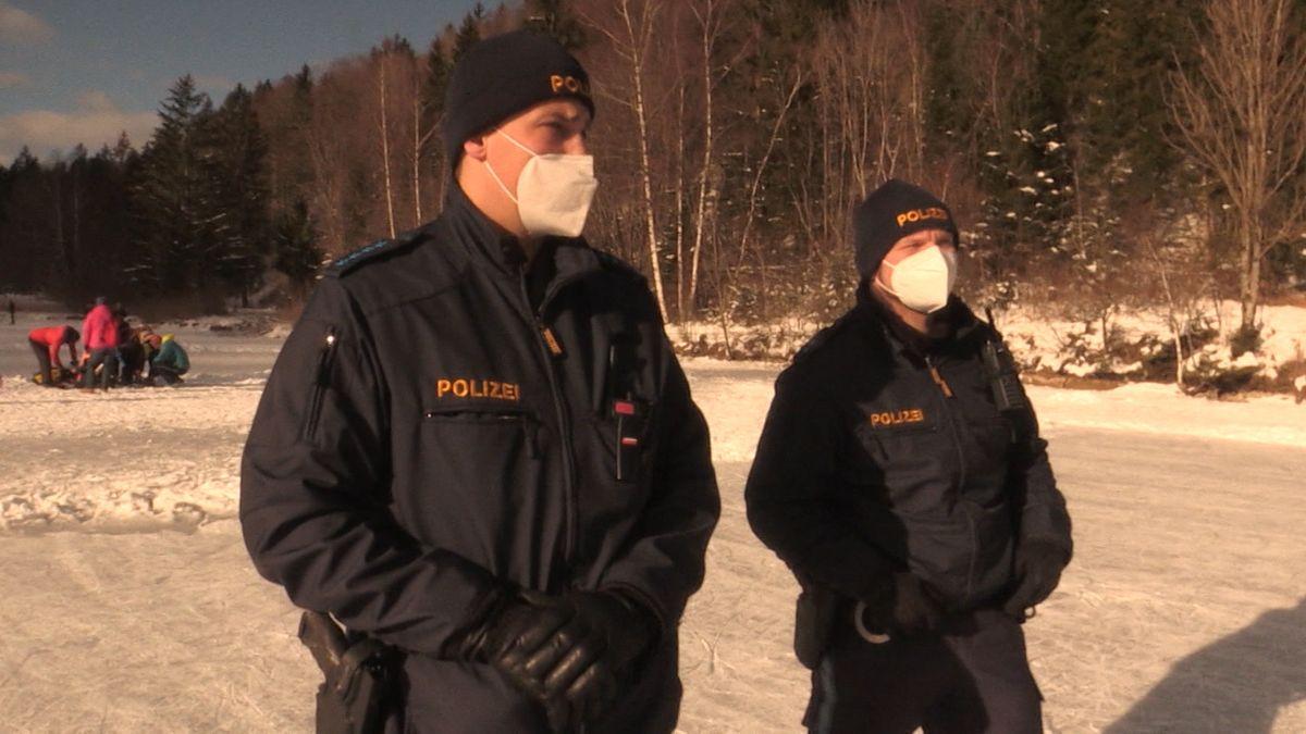 Schlittschuhstreife der Polizei auf dem Schwansee