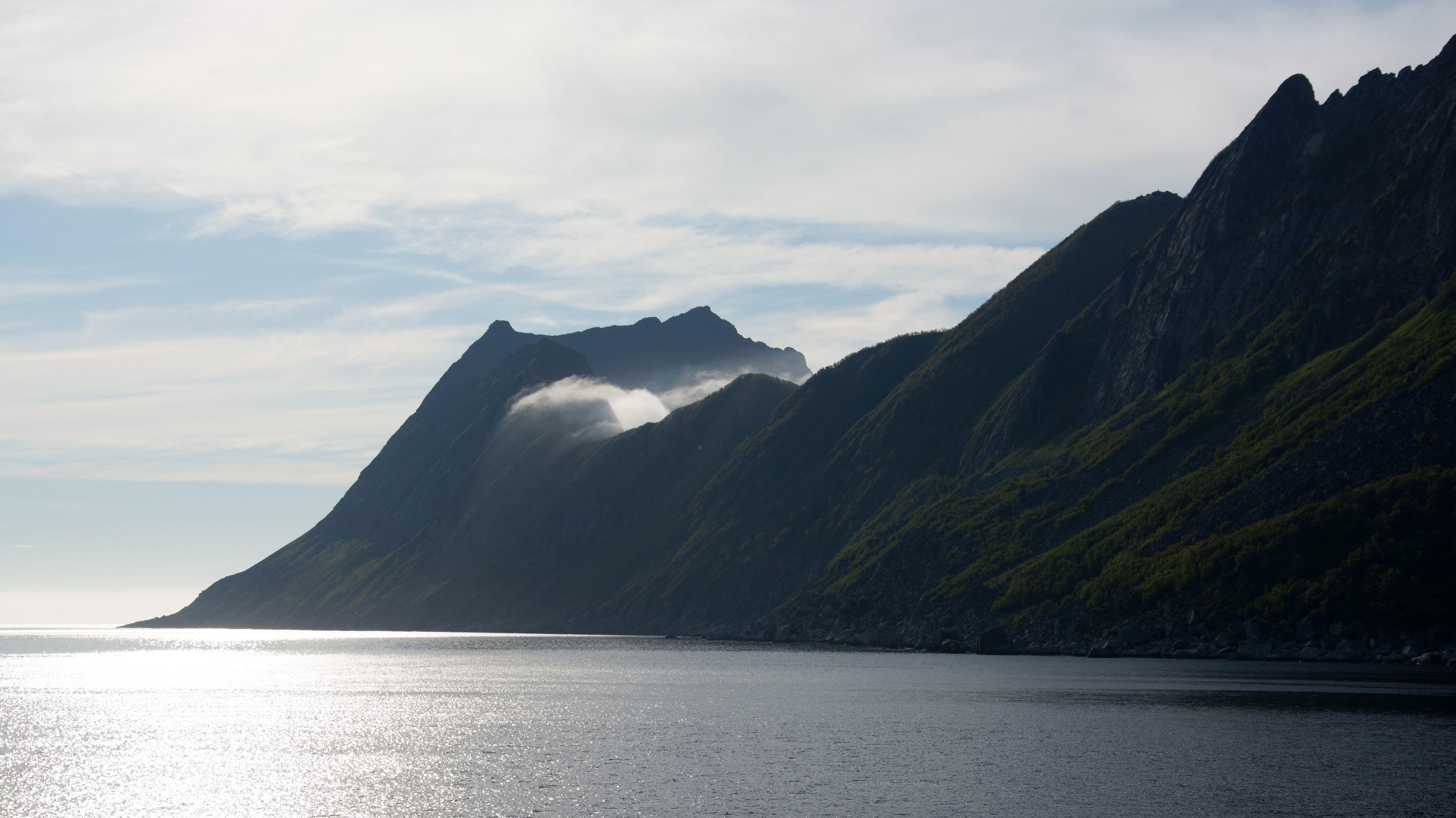 Blick auf die Berge Manestind und Olningsskaran in der Gemeinde Torsken auf der Insel Senja, in der Provinz Troms, Norwegen