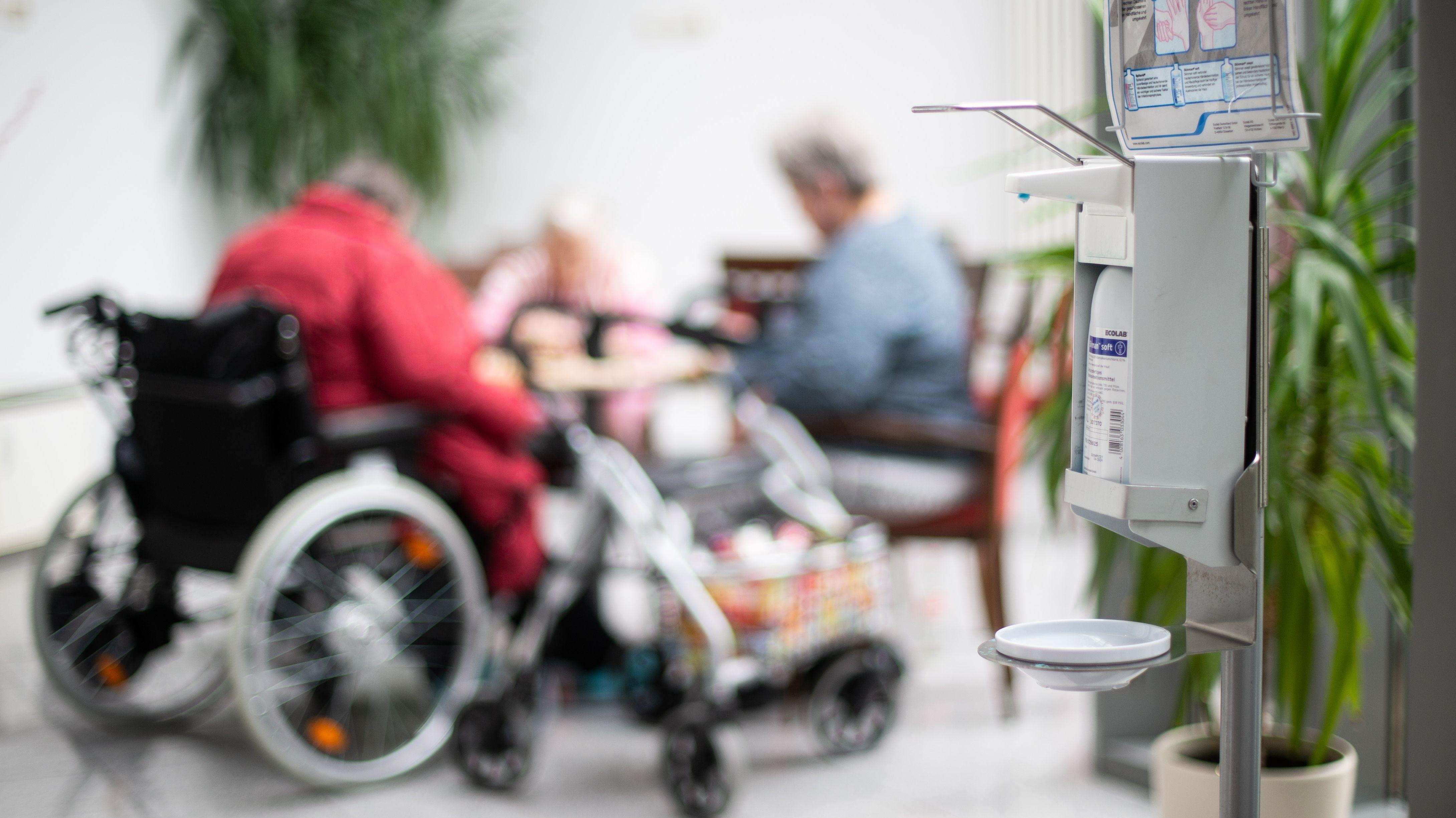Desinfektionsmittelspender in einem Seniorenheim