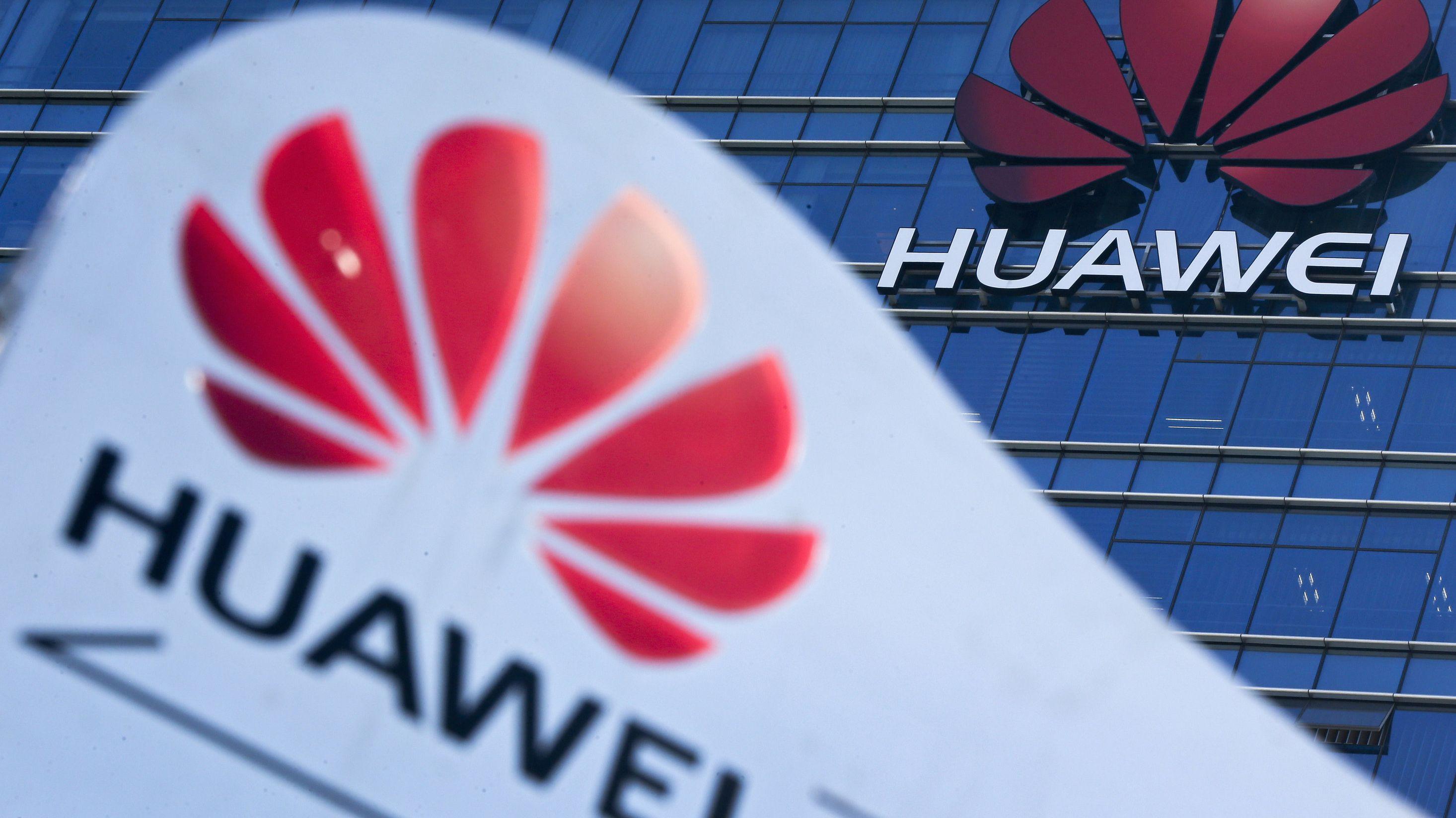 Das Huawei-Logo ist vor und auf dem Forschungs- und Entwicklungszentrum des Konzerns in Dongguan / China zu sehen.