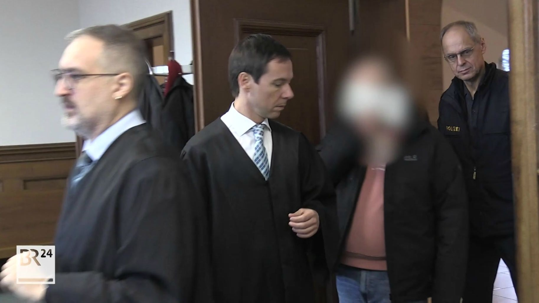 Der 26-jährige mutmaßliche Messerangreifer vor dem Landgericht Nürnberg-Fürth.