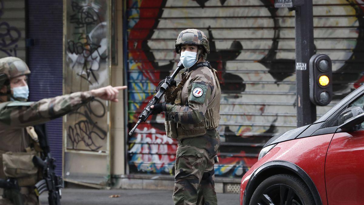 Polizisten patrouillieren am 25.9.20 an einer Straße nach einer Messerattacke.
