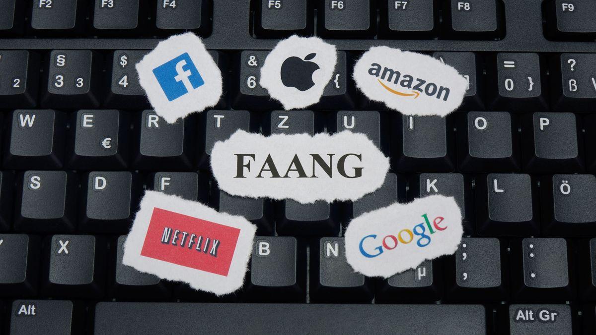 Eine Tastatur mit unterschiedlichen Portalen, die Daten im Netz speichern.