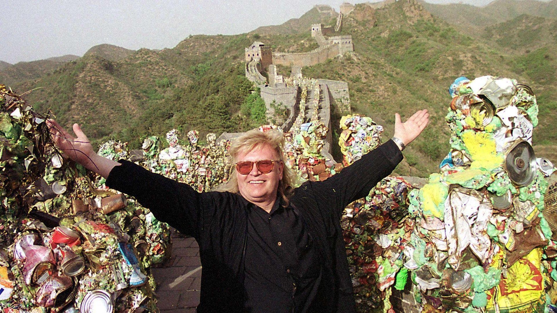 HA Schult mit seinen Müllmännern auf der Chinesischen Mauer