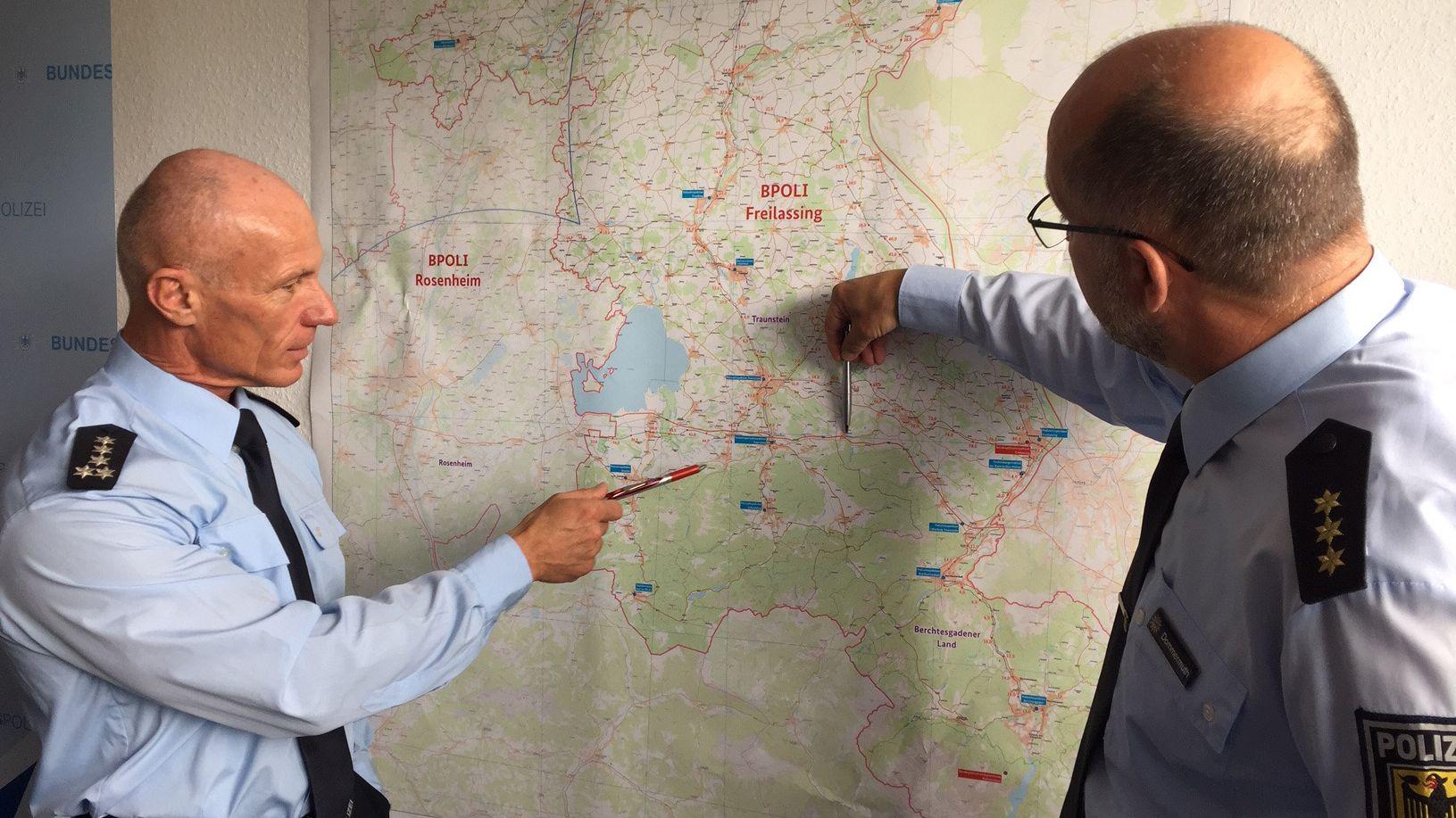 Ein Sprecher der Bundespolizei zeigt auf einer Landkarte den Grenzübergangsbereich bei Freilassing