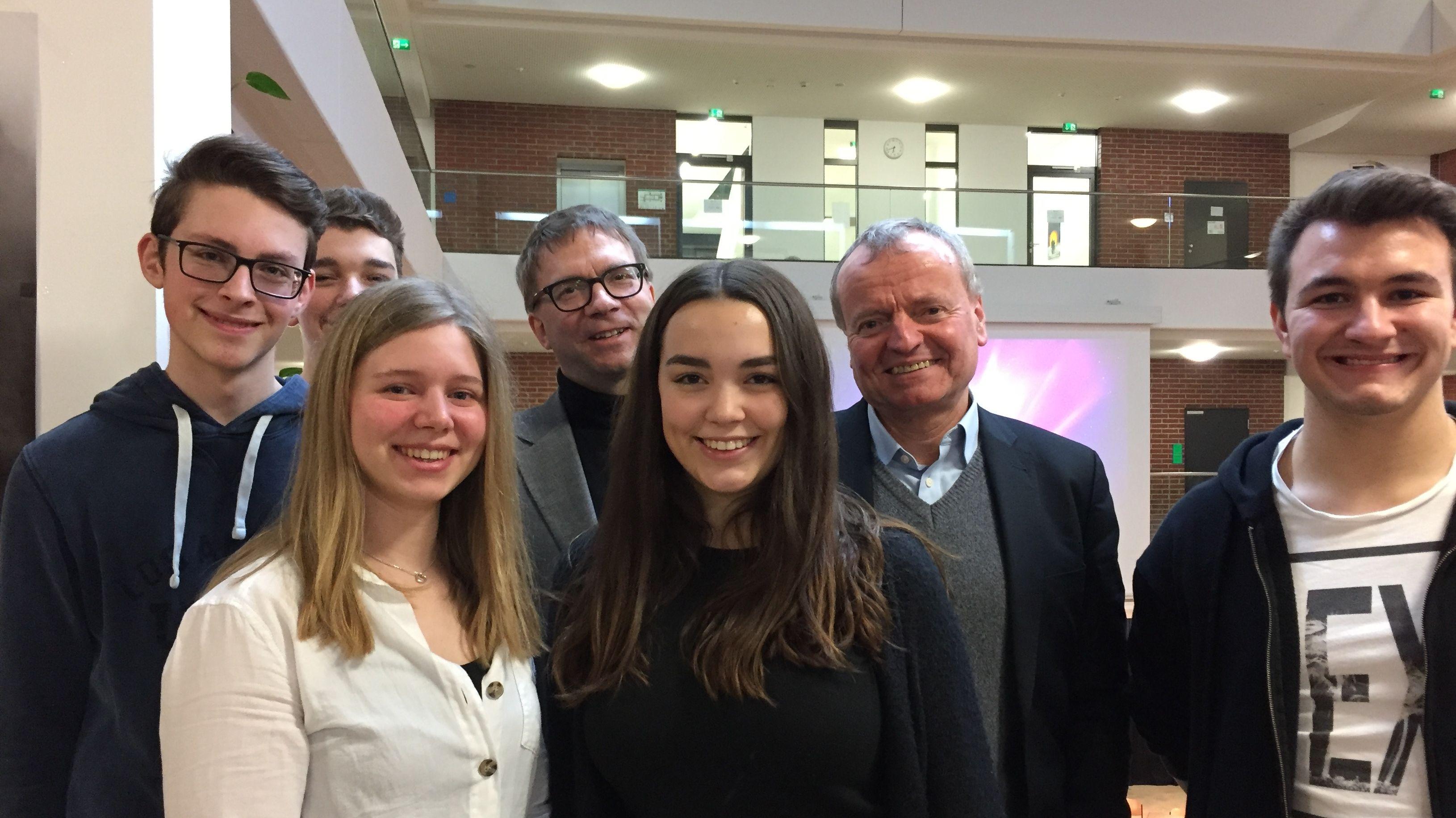 Prof. Manfred Spitzer (2. von rechts) mit Schülern und einem Mitarbeiter