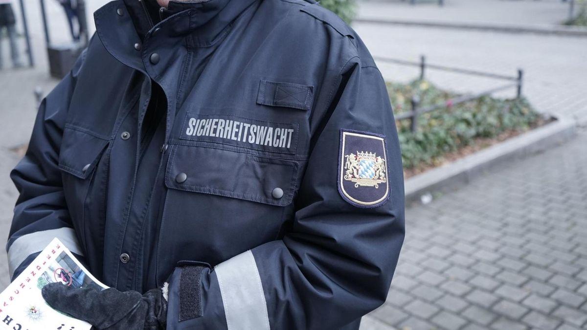 Ein Mitarbeiter der Sicherheitswacht in Nürnberg