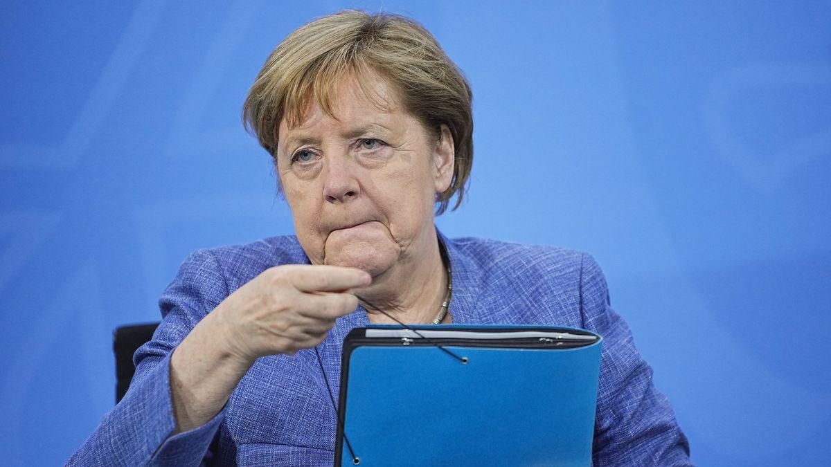 Bundeskanzlerin Angela Merkel (CDU) nimmt ihre Unterlagen nach der Pressekonferenz nach der Ministerpräsidentenkonferenz.