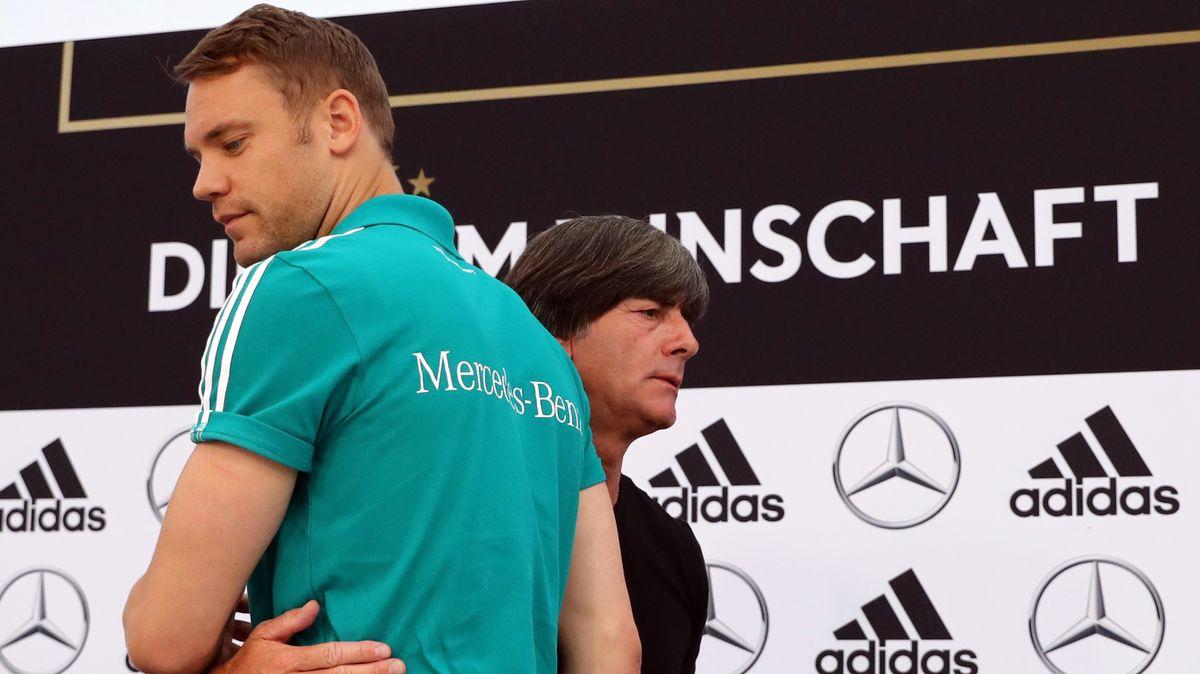 Manuel Neuer wird umarmt von Bundestrainer Joachim Löw